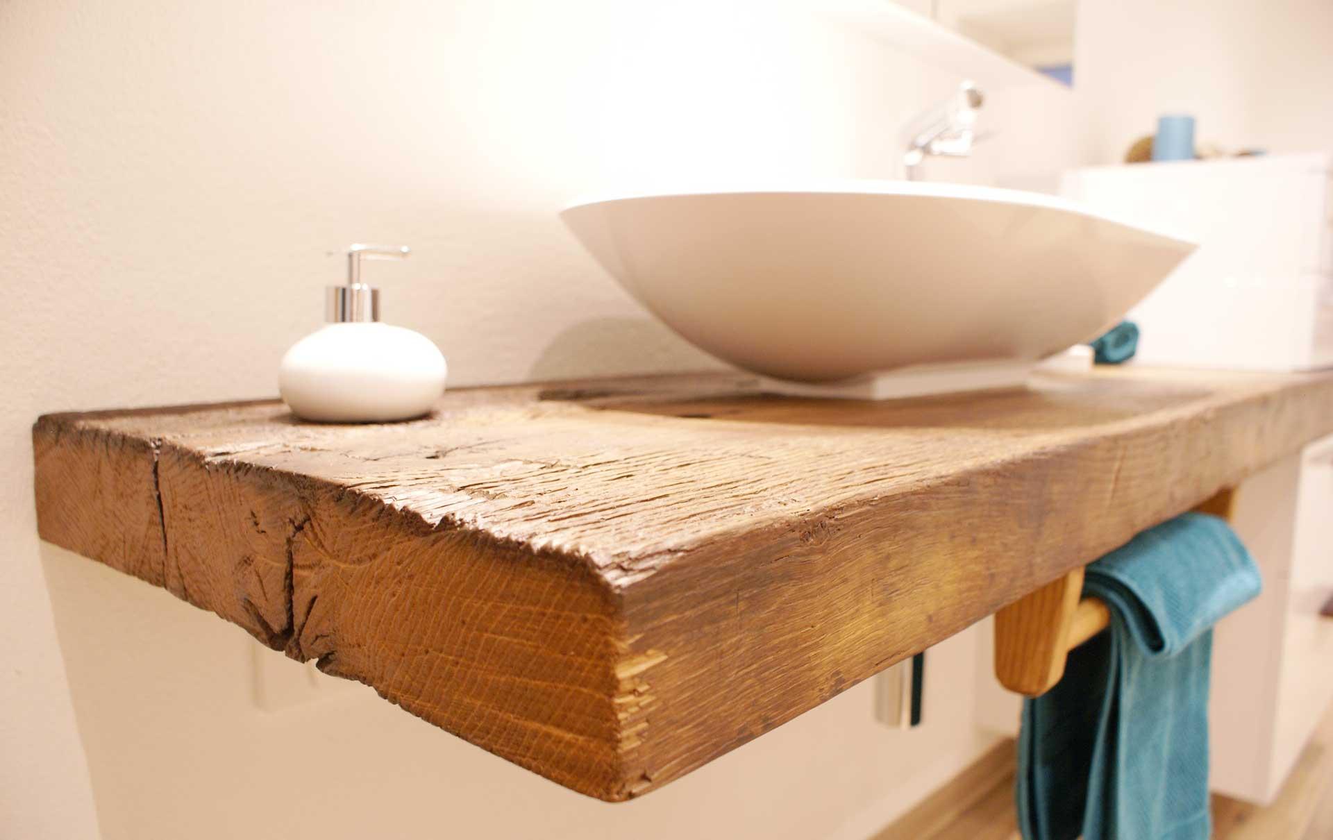Badeinrichtung  mit rustikalem Wasch- und Kosmetiktisch