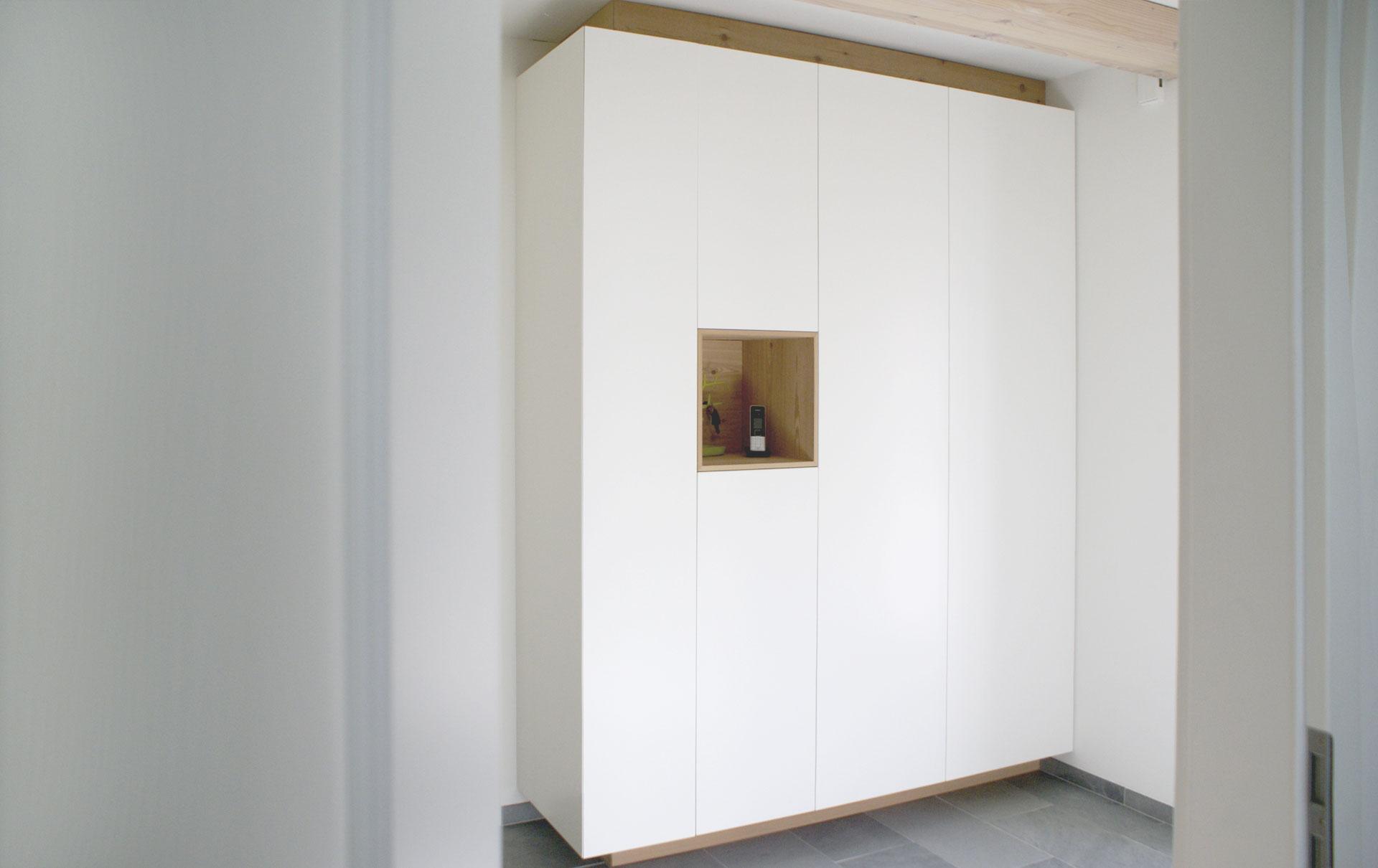 garderobe in lack wei und l rche von tino skuthan. Black Bedroom Furniture Sets. Home Design Ideas