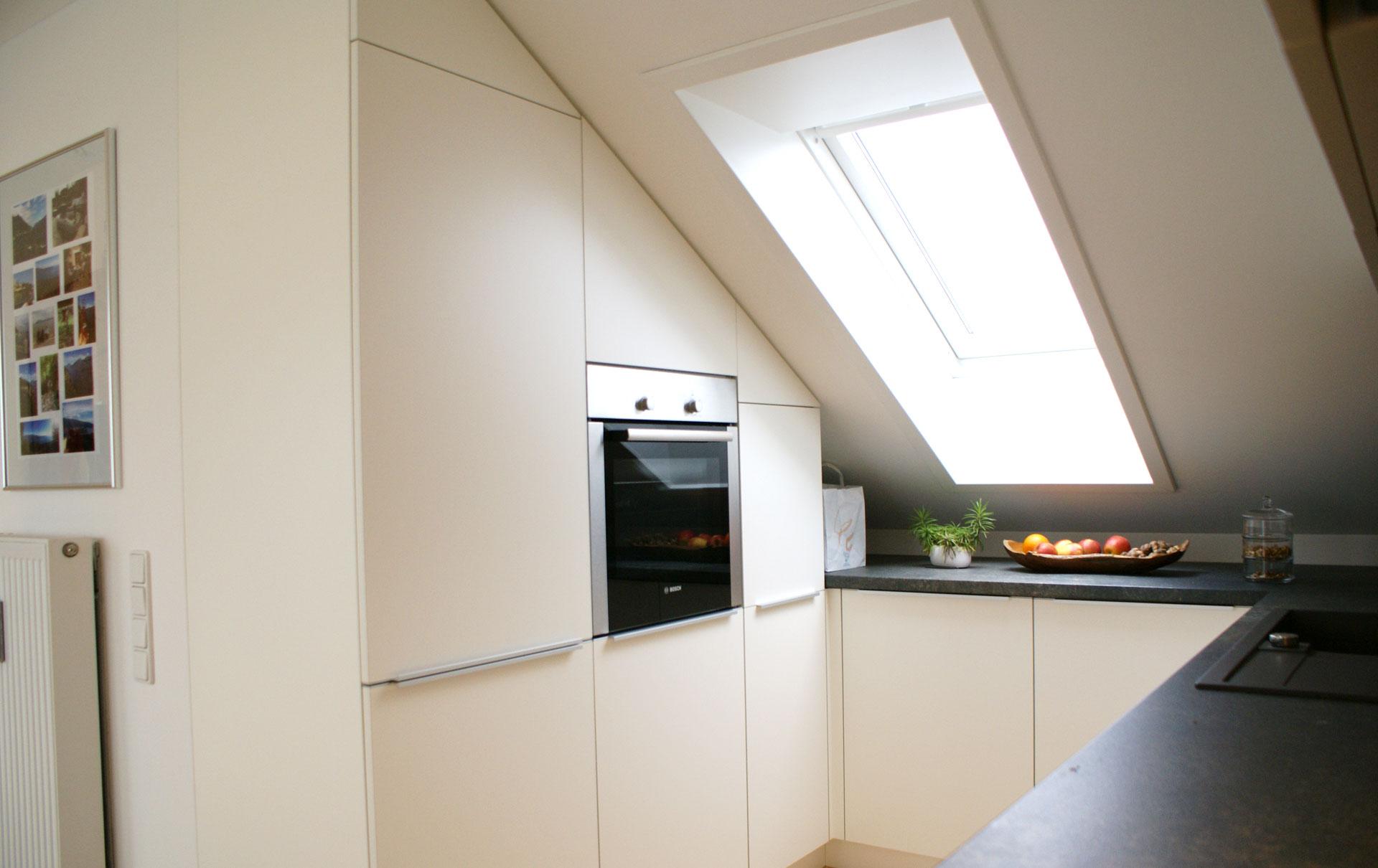 Küchen für dachschrägen  Einbauküche in Dachwohnung