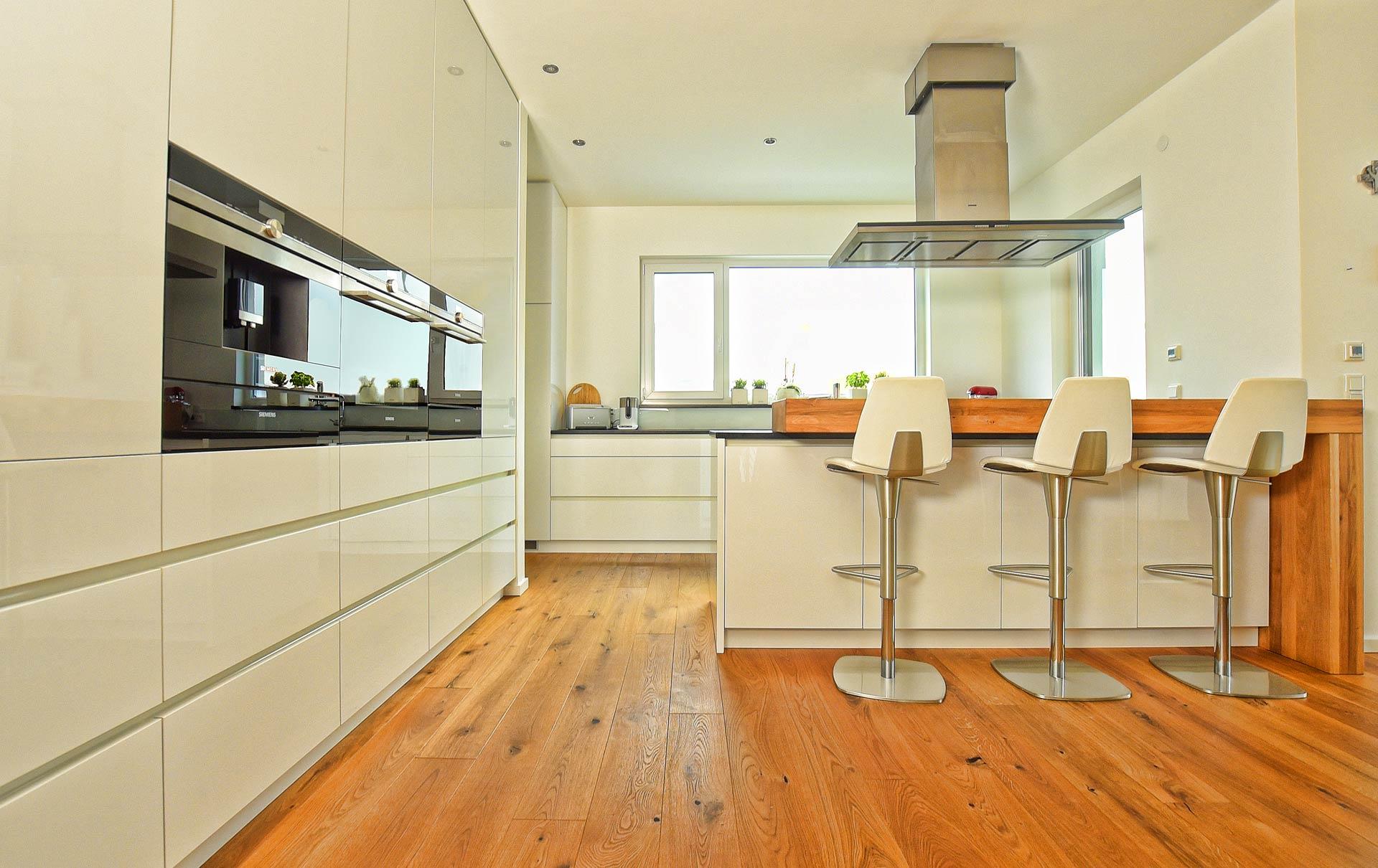 Küche in Holzdekor / Granit von Tino Skuthan, Schreinerei und ...