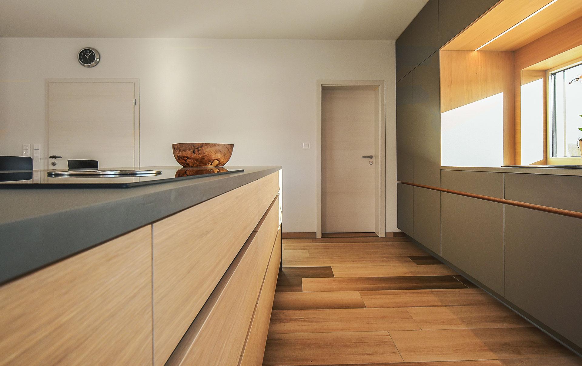 Küche mit Sitzgelegenheit am Kochfeld von Tino Skuthan ...