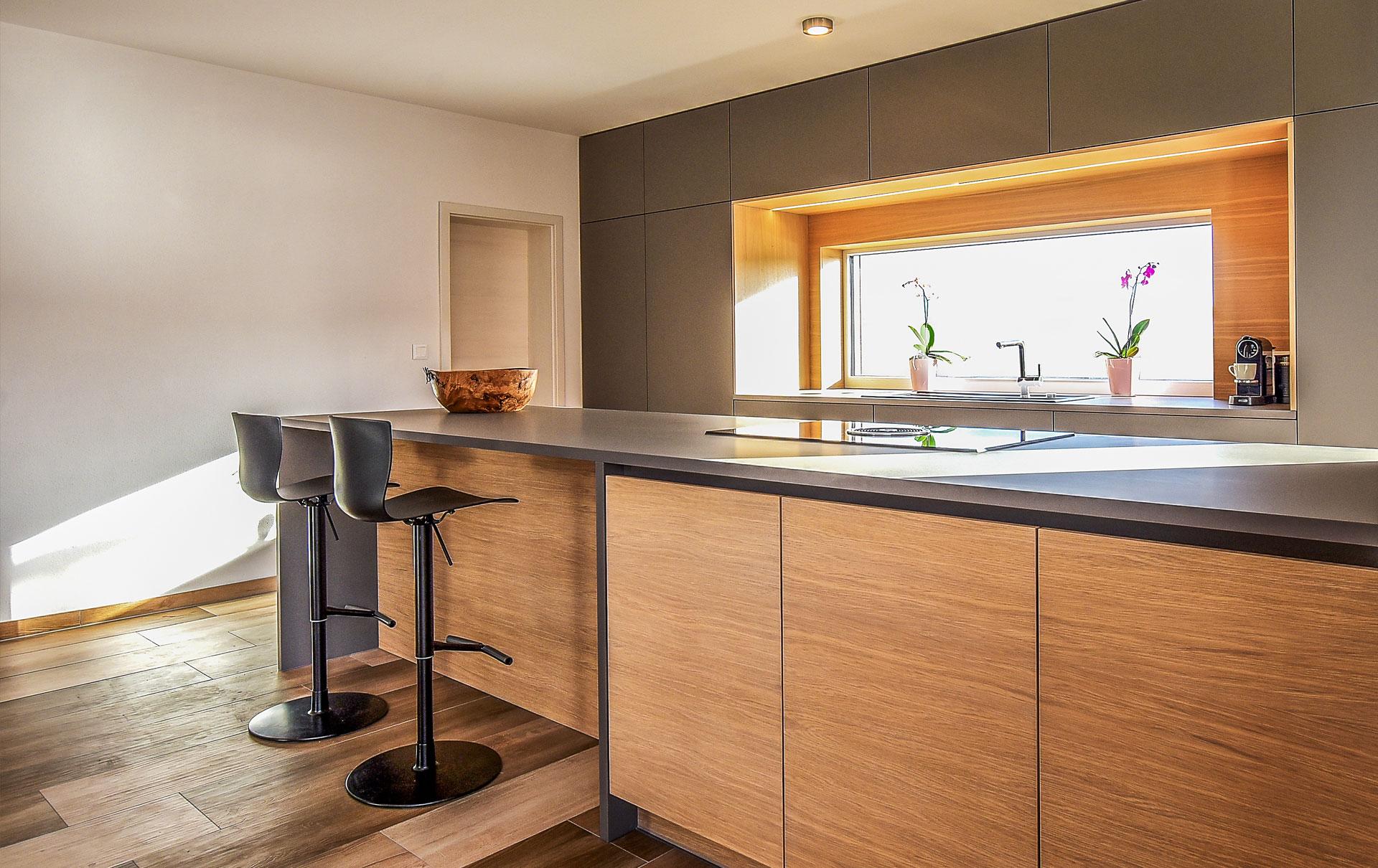 Küche mit Sitzgelegenheit am Kochfeld von Tino Skuthan, Schreinerei ...